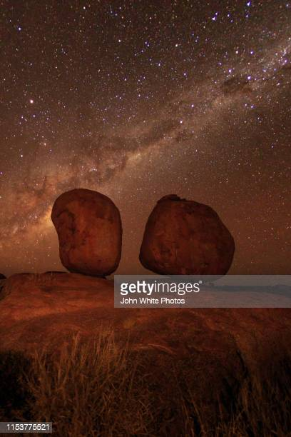 milky way over the karlu karlu / devils marbles conservation reserve. northern territory. australia. - alice springs stock pictures, royalty-free photos & images