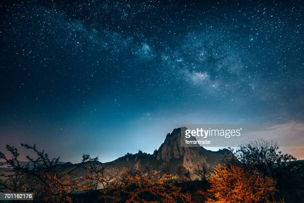 milky way over the monolith of bernal in queretaro - queretaro state stock pictures, royalty-free photos & images