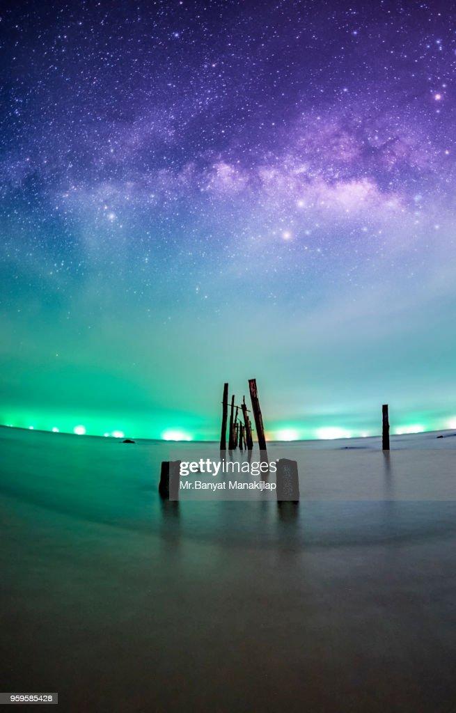Milky way Over wood bridge : Stock-Foto