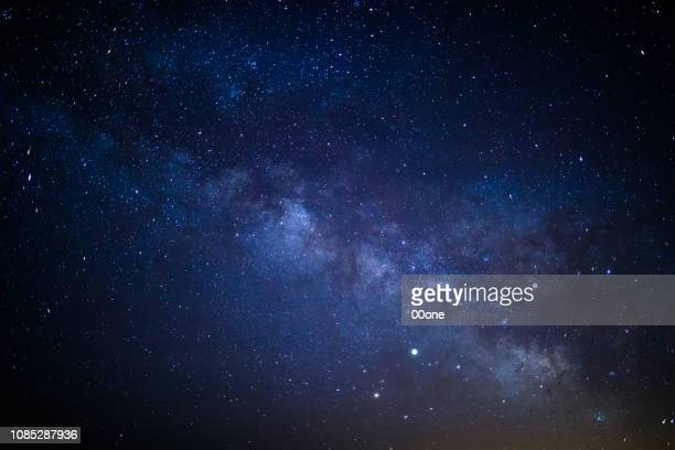 milky way - night stockfoto's en -beelden