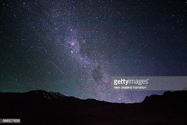milky way rising over mt ruapehu - star photos et images de collection