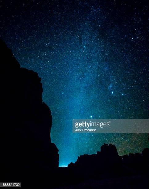 Vía Láctea. El cielo estrellado en las montañas cerca de Palacio de justicia, en el Parque Nacional Arches, Utah