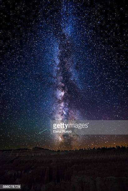 milky way twilight afterglow bryce canyon - la via lattea foto e immagini stock