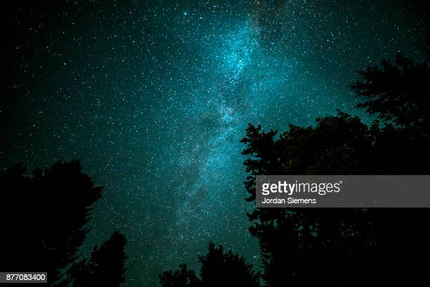 milky way under a clear sky - clear sky foto e immagini stock