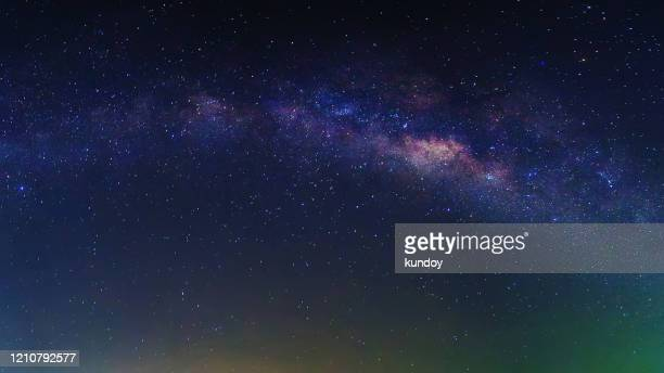 milky way with stars and space dust at night - norden stock-fotos und bilder