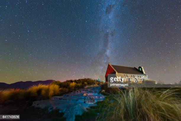 milkyway sobre iglesia del buen pastor, lake tekapo, nueva zelanda - tékapo fotografías e imágenes de stock