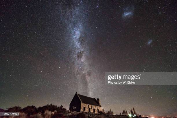 milkyway above church of good shepherd - 湖 fotografías e imágenes de stock