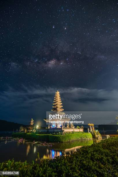 milkyway over beratan temple in bali, indonesia - lake bratan area stock pictures, royalty-free photos & images