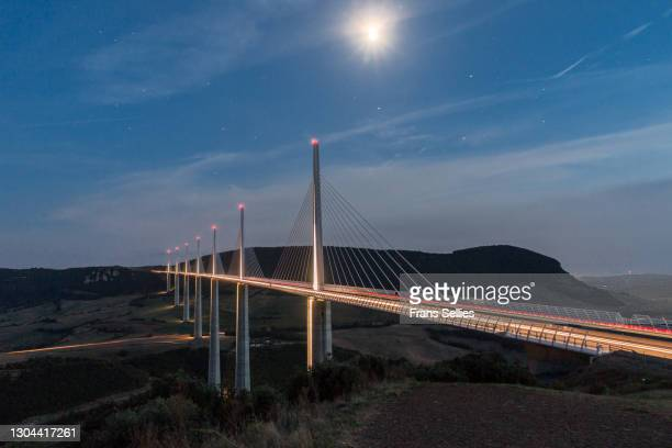 millau viaduct, france - frans sellies stockfoto's en -beelden