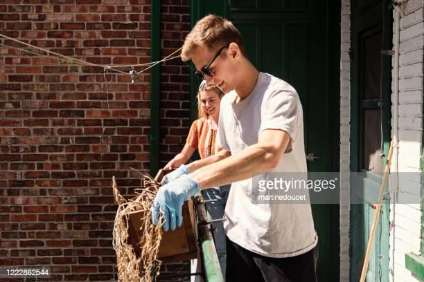 """jahrtausendepaar reinigung stadt balkon im frühling. - """"martine doucet"""" or martinedoucet stock-fotos und bilder"""