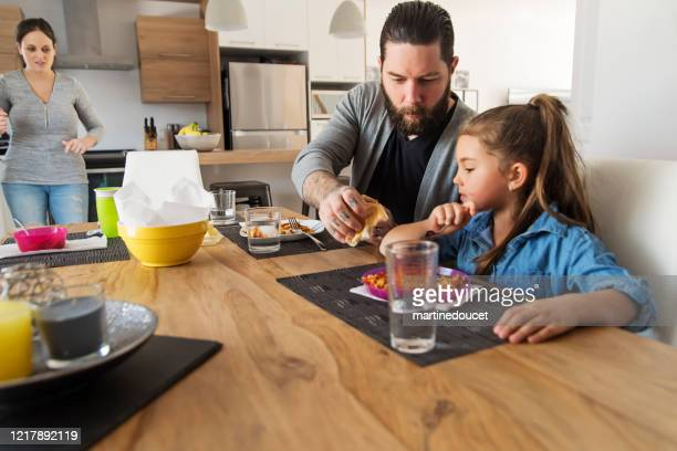 """millenial family with young children eating lunch at home. - """"martine doucet"""" or martinedoucet stock pictures, royalty-free photos & images"""