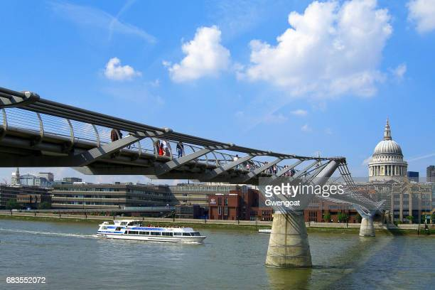 millennium bridge in london - gwengoat stock-fotos und bilder