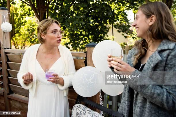 """novia milenaria en el cóctel de bodas en el patio trasero. - """"martine doucet"""" or martinedoucet fotografías e imágenes de stock"""