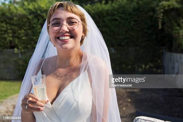 """millennial novia animando en el cóctel de la boda en el patio trasero. - """"martine doucet"""" or martinedoucet fotografías e imágenes de stock"""