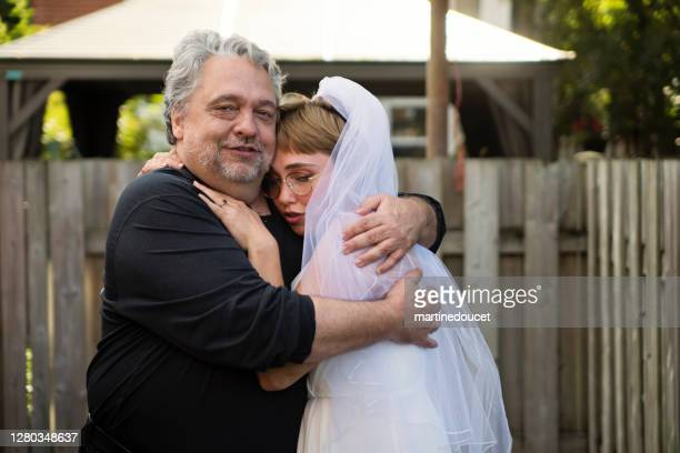 """millennial bride posing with father at wedding cocktail in backyard. - """"martine doucet"""" or martinedoucet imagens e fotografias de stock"""