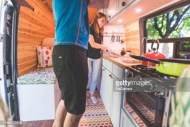 jahrtausende lange paar lebt in einem van - wohngebäude innenansicht stock-fotos und bilder