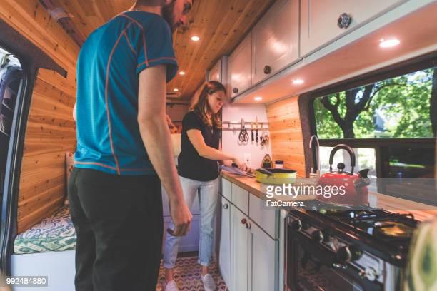 tausendjährige paar lebt in einem van - wohngebäude innenansicht stock-fotos und bilder