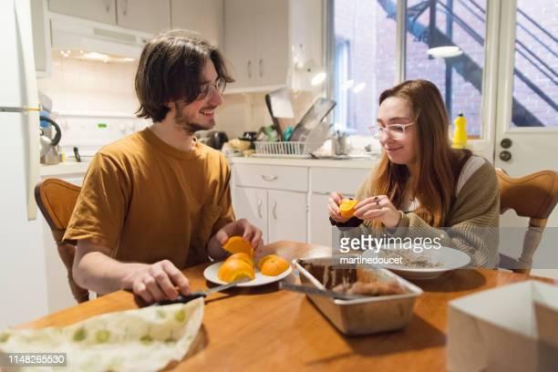 """un par de estudiantes milenales compartieron la vida en el desayuno. - """"martine doucet"""" or martinedoucet fotografías e imágenes de stock"""