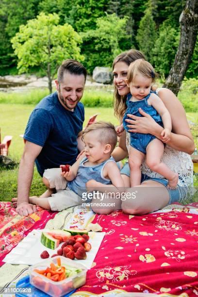 """tausendjährige familie ein picknick im freien im sommer. - """"martine doucet"""" or martinedoucet stock-fotos und bilder"""
