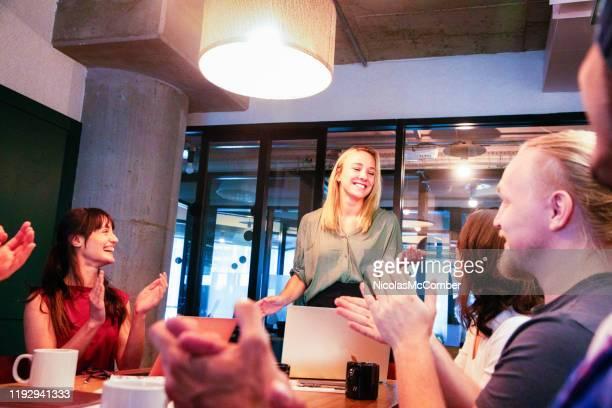 exécutif féminin millénaire étant applaudi après un discours pendant une réunion d'affaires - parti politique photos et images de collection