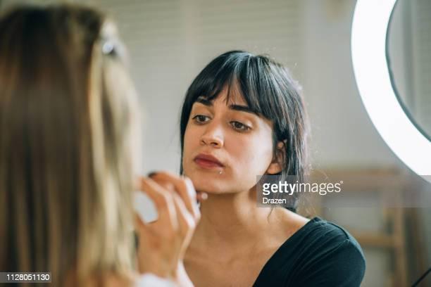 duizendjarige generatie latina beginnen haar make-up school - visagist stockfoto's en -beelden