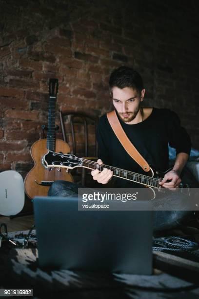 Duizendjarige gitarist leren gitaar tijdens interactie met de Computer