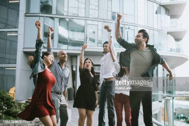 alegría de la milenaria india jóvenes profesionales - grupo mediano de personas fotografías e imágenes de stock