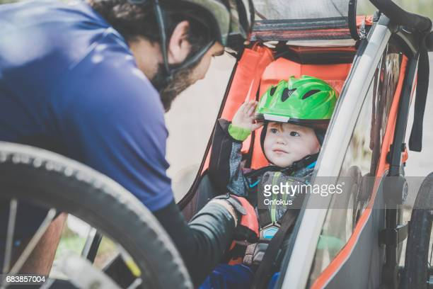 millennial parents father biking with toddler - trailer stock pictures, royalty-free photos & images
