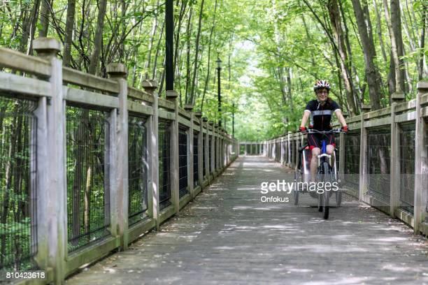 Duizendjarige ouders moeder fietsen met peuter