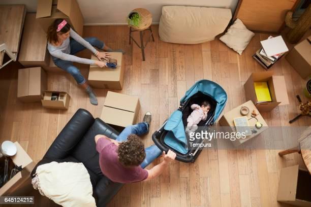 Tausendjährige Eltern Umzug in eine neue Wohnung.