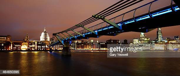 millennium bridge over river thames at night - yeowell foto e immagini stock