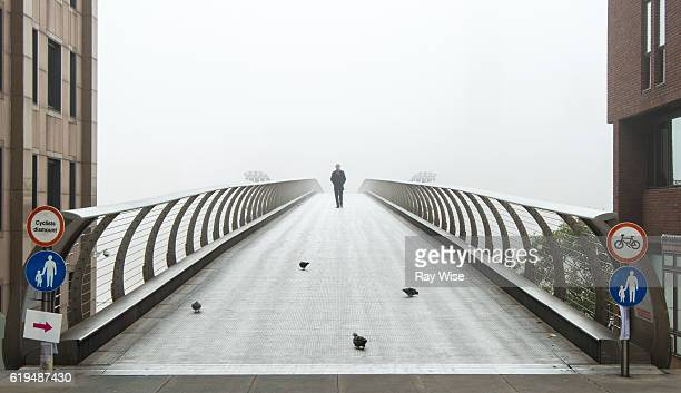 millennium footbridge on a foggy day in london - river thames stock pictures, royalty-free photos & images
