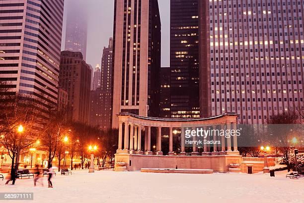 millennium park monument in chicago - millenium park stock photos and pictures