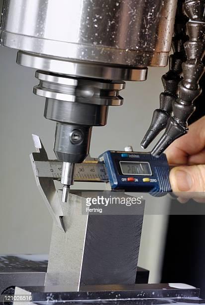 Fräse und Mikrometer-Feinmessgerät
