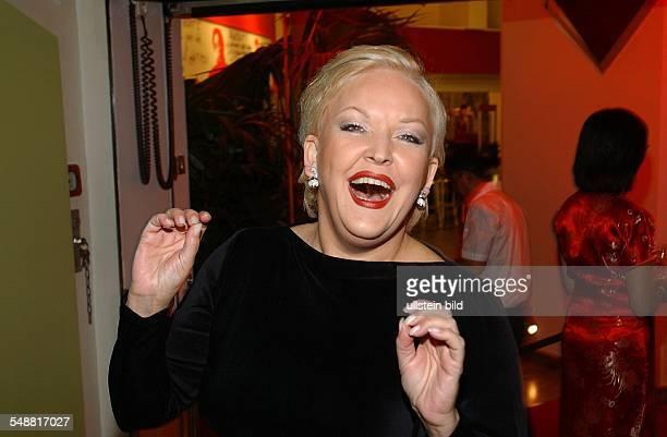 Milster Angelika * Saengerin Schauspielerin D Portrait bei einer Party im 'Essen und Trinken' am Hamburger Gaensemarkt lacht