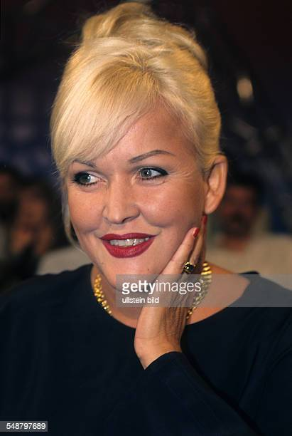 Milster Angelika * Saengerin Schauspielerin D Portrait mit Hochsteckfrisur laechelt