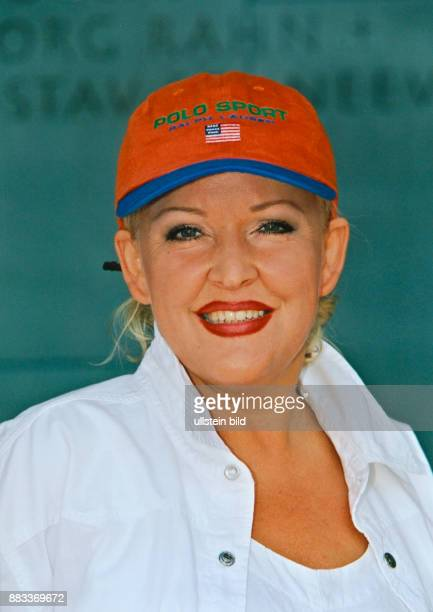 Milster Angelika * Saengerin Schauspielerin D Portrait mit roter Schirmmuetze