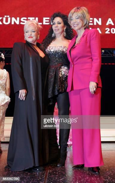 Milster Angelika Musikerin Saengerin Schauspielerin D mit Saengerin Jennifer Rush und Schauspielerin Judy Winter bei der Gala 'Kuenstler gegen Aids'...