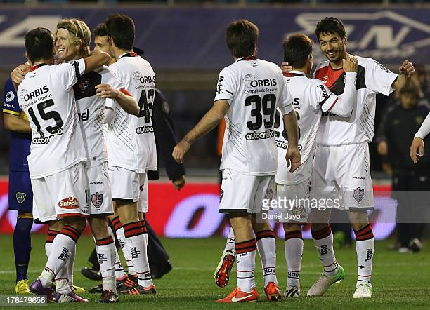 Milton Casco and his teammates of Newell´s Old Boys celebrate victory after a match between Boca Juniors and Newell's Old Boys as part of the Torneo...