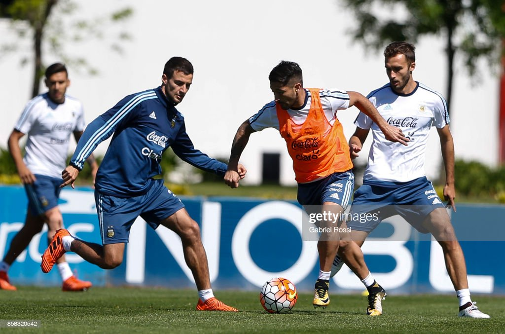 Milton Casco of Argentina drives the ball during a training session at Argentine Football Association (AFA) 'Julio Humberto Grondona' training camp on October 06, 2017 in Ezeiza, Argentina.