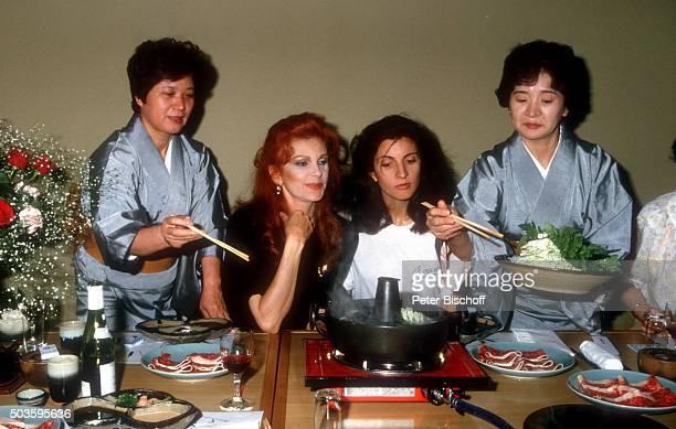 Milva Tochter Martina Corgnati und Japanerinnen am in Osaka Japan