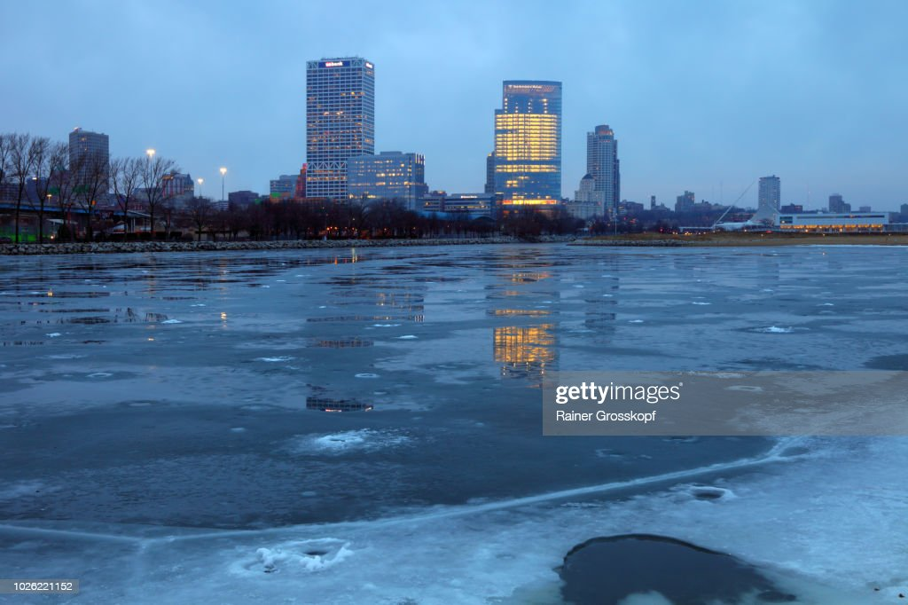 Milwaukee Skyline reflected on frozen lake at dawn : Stock-Foto