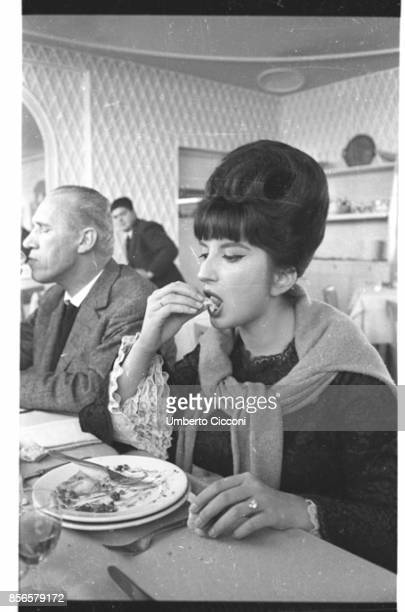 Mina Mazzini while eating in a restaurant in Rome in 1962