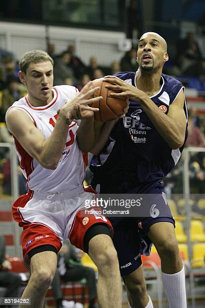 Mindaugas Katelynas of Armani Jeans Milano and Loren Woods of Efes Pilsen Istanbul in action during the Euroleague Basketball game 9 between Armani...