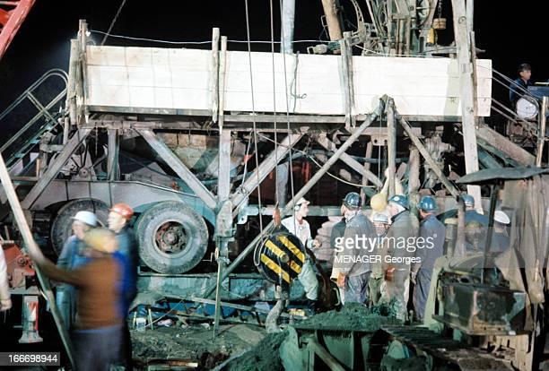 Mine Accident In Pleine Germany En Allemagne à Peine en octobre 1963 des mineurs portant des casques discutant à la sortie d'une mine
