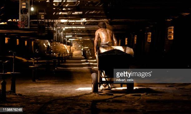 鉱山で働く鉱夫 - 鉱山労働者 ストックフォトと画像