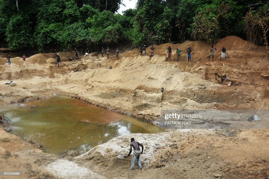 FORT - Miners work on the diamonds mine of Banengbele, 10 km south of Boda, on May 22, 2015 in Central African Republic. The country no longer exports diamond since the overthrow of Central African President Francois Bozize in March 2013 and the country's suspension from the Kimberley process. The country was producing 300,000 carats per year before the crisis; today the production is around 70,000. AFP PHOTO / PATRICK FORT / AFP PHOTO / Patrick FORT