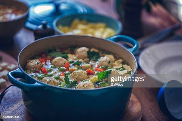 Minestrone med färska grönsaker och Dumplings