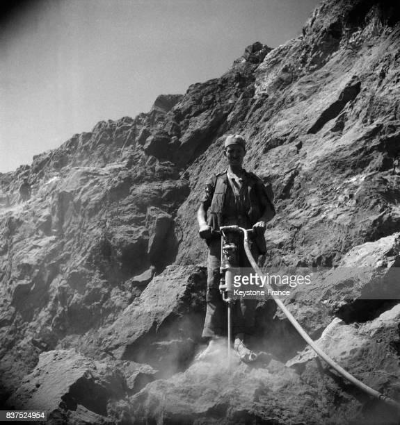 Mineur en action à la mine de phosphates à El Kouif Algérie en 1946