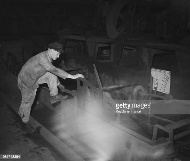Mineur travaillant dans une mine de la Sarre en France le 27 mars 1947
